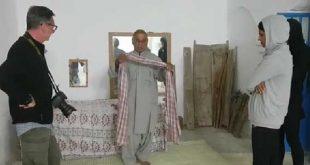 توریست در بلوچستان آموزش استفاده از لنگ بلوچی